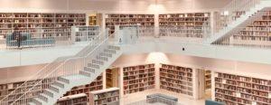 eine Bibliothek mit großen Treppen