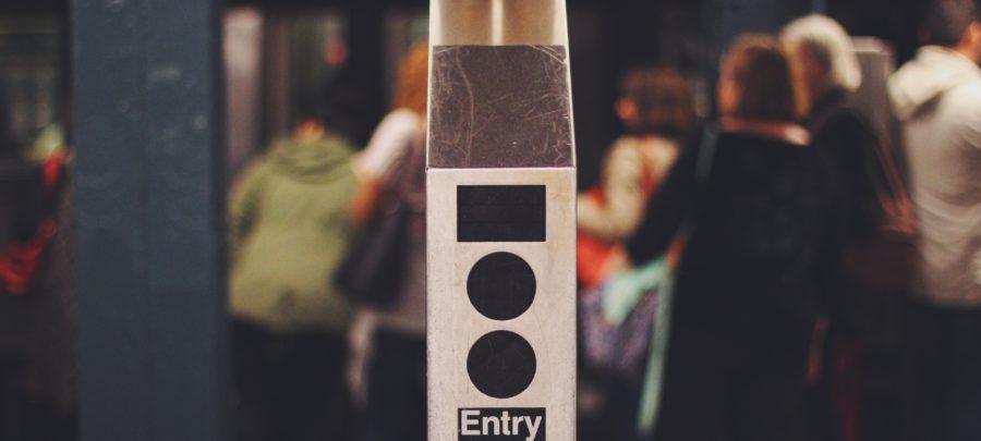 eine beschriftete automatische Tür mit den Worten entry, Eingang