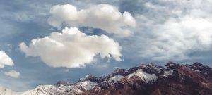 Ein Berg in den Wolken bei Sonnenschein